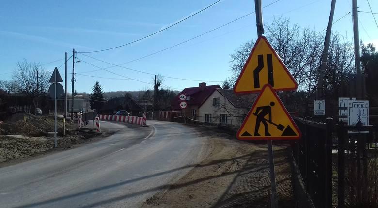 Trwa przebudowa ulicy Świętego Rocha w Rzeszowie od skrzyżowania z ul. Świętego Marcina do granicy miasta z Chmielnikiem. Gruntowny remont prawie 2-kilometrowego