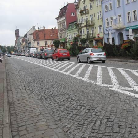 Znaki na jezdni zabraniające skrętu w lewo mają zapewnić bezpieczeństwo ludziom na przejściu dla pieszych