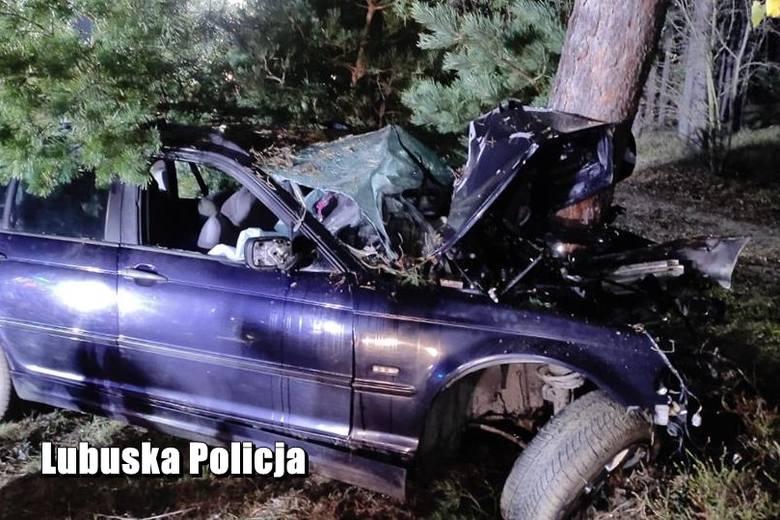 Niedaleko Gubina bmw wypadło z drogi i uderzyło w drzewo. Na miejscu zginał 40-letni kierowca