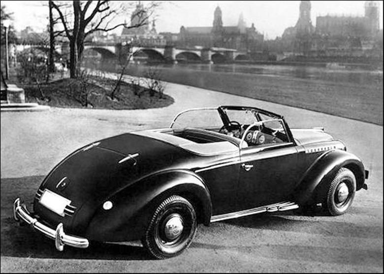 Na specjalne zamówienie: Admiral z otwartym nadwoziem firmy Gläser, która po wojnie, jako przedsiębiorstwo państwowe, produkowała m.in. karoserie do niektórych odmian Wartburga 311. W tle panorama Drezna