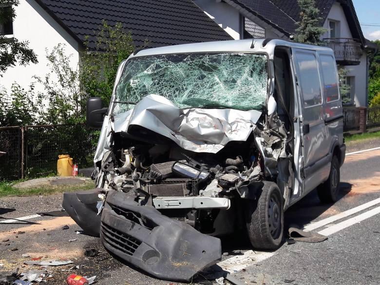 Wypadek w Młynach w powiecie oleskim. Bus zderzył się z kombajnem. 47-latkę jadącą renault śmigłowiec LPR-u zabrał do szpitala