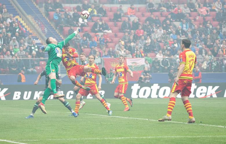 Przy pierwszym straconym golu nie miał większych szans, gdyż piłka po strzale odbiła się jeszcze od Zorana Arsenica. Przy drugim mógł zachować się  zdecydowanie