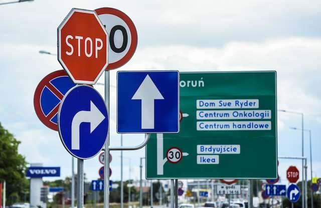 Kierowcy mają wiele zastrzeżeń do lokalizacji znaków drogowych. Największy grzech to ich zbyt duża liczba na krótkich odcinkach drogi