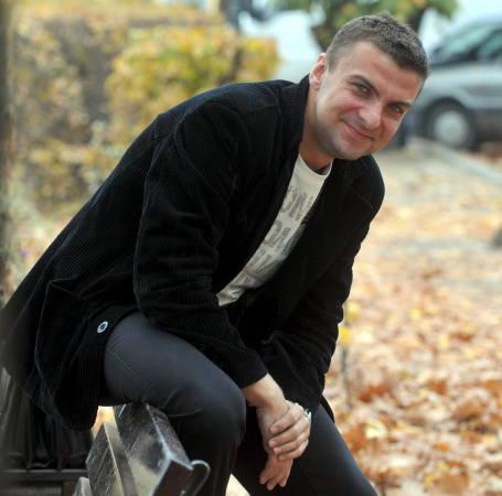 Radosław Zawicki. Ma 29 lat. Kawaler. Mieszka i prowadzi własna firmę marketingową w Zielonej Górze. Oprócz tego zajmuje się sędziowaniem na szczeblu