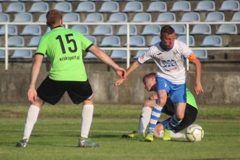 Krzysztof Świątek (przy piłce) w finale RPP zdobył swoją 132. bramkę w barwach Hutnika. Jest klubowym rekordzistą.
