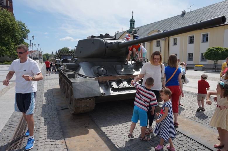 Dziś rozpoczął się VI Piknik Militarny Misja Wschód. Na Rynek Kościuszki rekonstruktorzy przywieźli czołg i wyrzutnię rakiet.