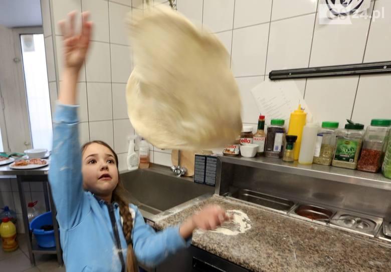 Międzynarodowy Dzień Pizzy: Tak właśnie się ją robi! [WIDEO, ZDJĘCIA]