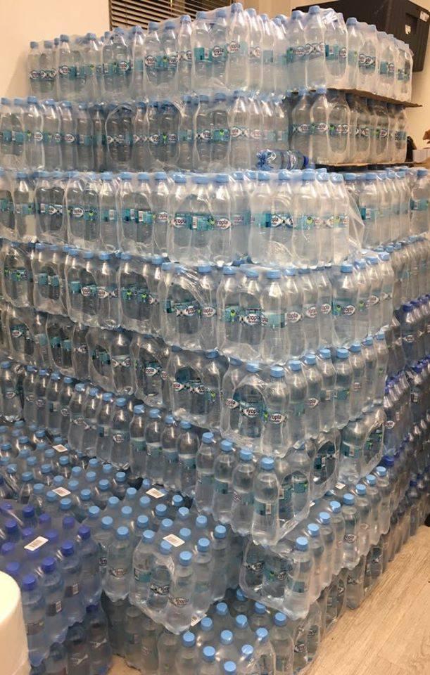 To tylko część butelek z wodą zużywanych w czasie weekendu - pokazuje Tama i wyjaśnia, jak chce walczyć z zalewem plastiku