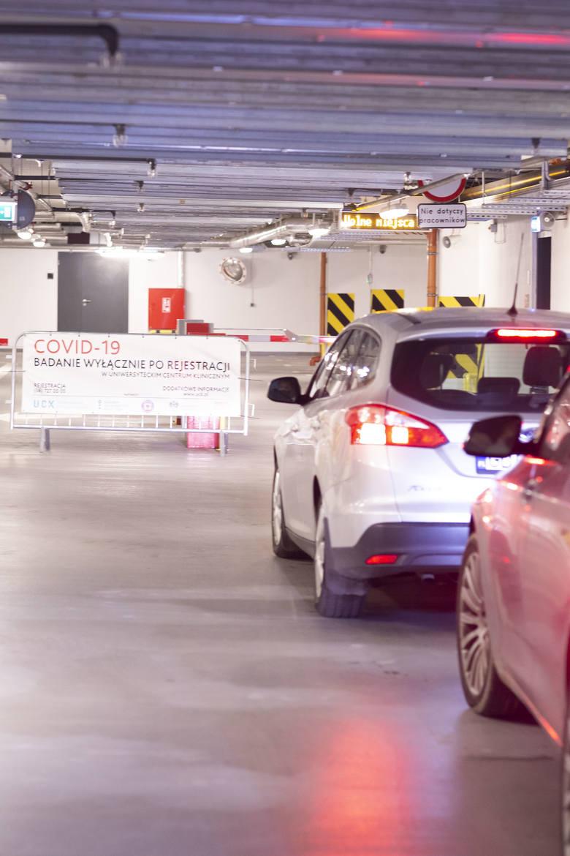 Tak wygląda nowe centrum testowe COVID-19 drive-thru przy Muzeum II Wojny Światowej. Specjalna aplikacja ma pomóc uniknąć kolejek [zdjęcia]