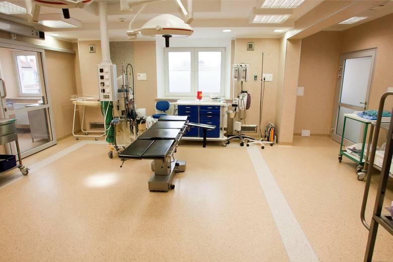 Rodząca, kobieta trafiła na salę porodową do Szpitala Wojewódzkiego w Łomży. 31-latka urodziła martwe dziecko, niestety sama też nie przeżyła porodu.Prokuratura