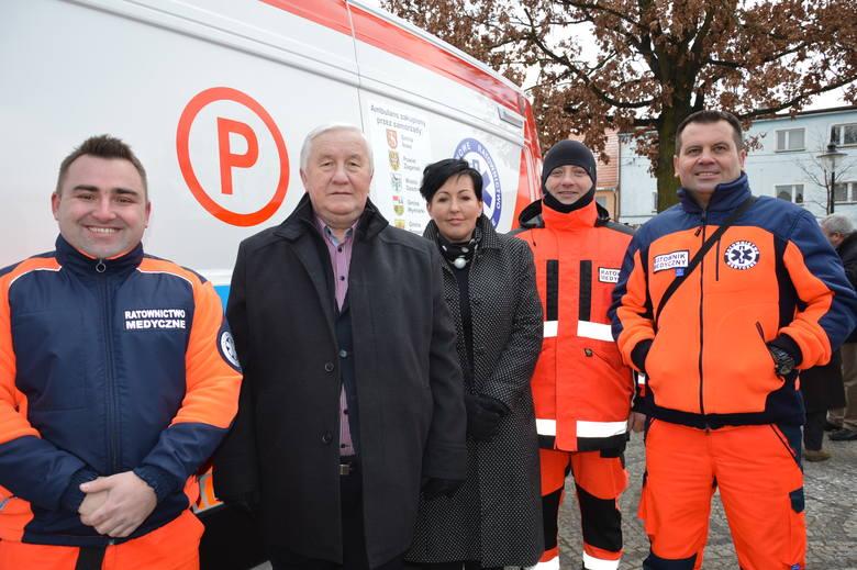 Ratownicy z R.  Smykiem i Grażyną Urbaniak  z nowym wozem