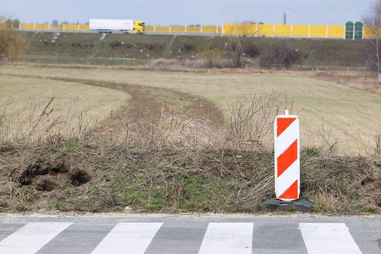 Władze Volkswagena, lokalni politycy oraz mieszkańcy Wrześni chcieliby dokończenia budowy bezpośredniej drogi dojazdowej z autostrady na teren Wrzesińskiej Strefy Aktywności Gospodarczej, w której znajduje się m.in. fabryka Volkswagena<br />