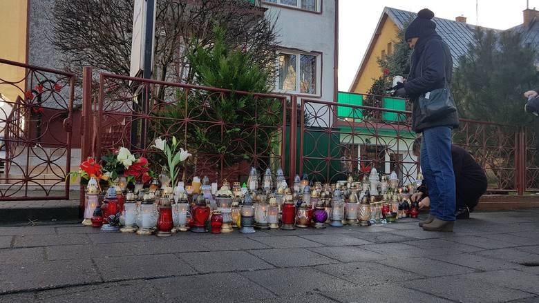 Po tragicznym pożarze w Escape Roomie mieszkańcy ustawiają znicze w miejscu tragedii. Tragiczny pożar w Koszalinie (4.01.2019). Pięć nastolatek nie żyje,