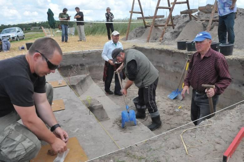Naukowcy z poznańskiego oddziału PAN przy pomocy pracowników z Kargowej odsłonili na polu pod Wojnowem miejsce, gdzie kilka tysięcy lat temu przebywał