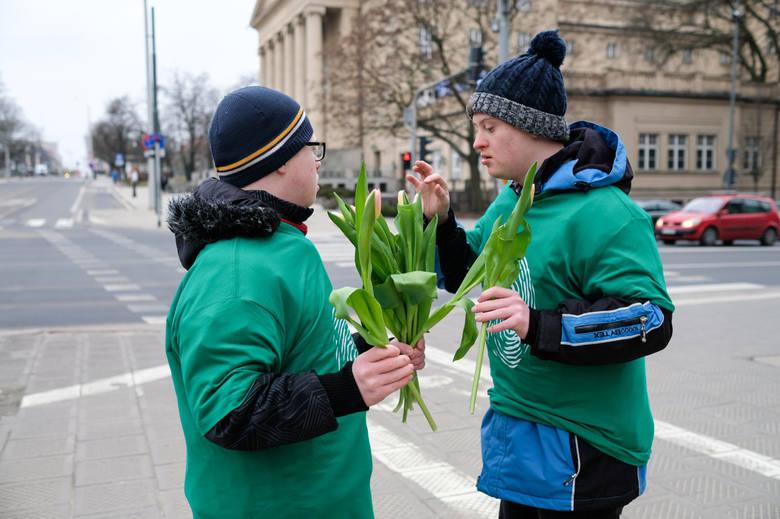 Stowarzyszenie Na Tak od wielu lat organizuje wiele akcji. Jego podopieczni rozdawali już kwiaty poznaniankom i brali udział w Wielkim Przytulaniu.