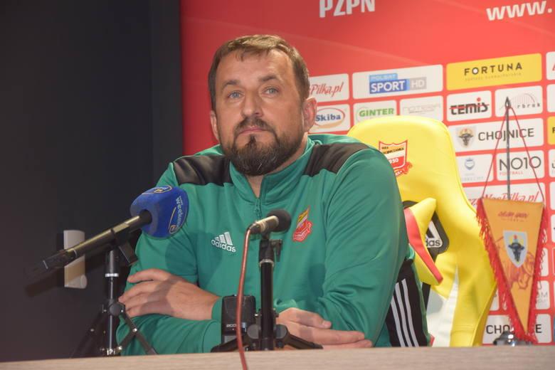 Zbigniew Smółka (pierwszy z lewej) został nowym trenerem pierwszoligowej Chojniczanki Chojnice. Szkoleniowiec, który na stanowisku zastąpił trenerów