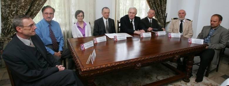 Od lewej siedzą: dr hab. inż. Sławomir Kaczmarek, prof. dr hab. Czesław Rudowicz, prof. dr hab. Inga Iwasiów, prof. Antoni Morawski (kapituła konkursu),