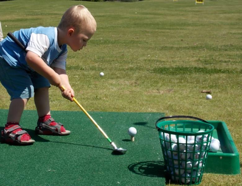 Na nowym polu golfowym swoich sił - pod okiem mamy - próbował m.in. mały Wojtuś.