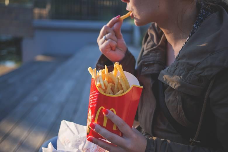 Grzechem ciężkim w 2017 roku została produkcja niezdrowej żywności. Wynika z tego, że spożywać niezdrowe jedzenie możemy bez wyrzutów sumienia, o ile
