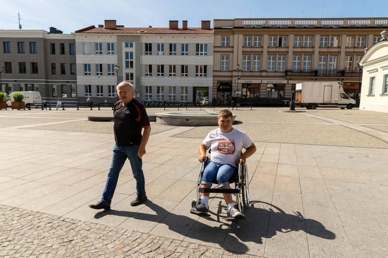 Podczas imprez masowych na Rynku Kościuszki powinna być wydzielona strefa dla niepełnosprawnych na wózkach - mówi Kazimierz Zajkowski.