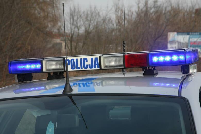Gmina Iłża. Samochód wypadł z drogi i uderzył w dom. Audi przebiło się przez murowaną ścianę