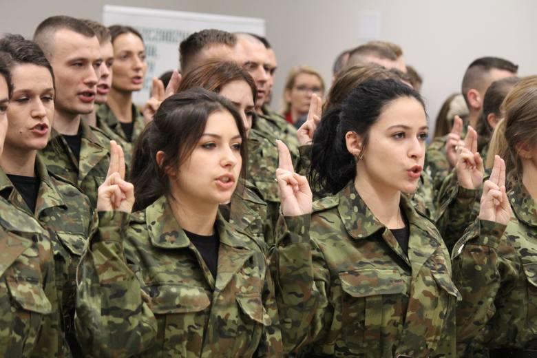 35 nowych funkcjonariuszy Bieszczadzkiego Oddziału Straży Granicznej złożyło ślubowanie. Wśród nich 16 kobiet i 19 mężczyzn. Ponadto sześciu funkcjonariuszy