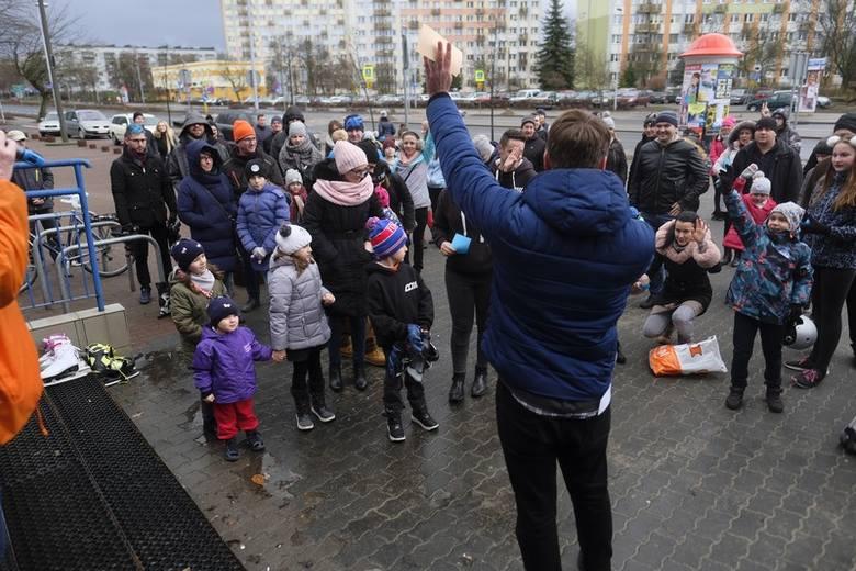 Tradycji stało się zadość - toruńscy łyżwiarze spotkali się 1 stycznia, w samo południe, na Tor-Torze. Okazja? Noworoczna ślizgawka. Flesz - Smog skraca