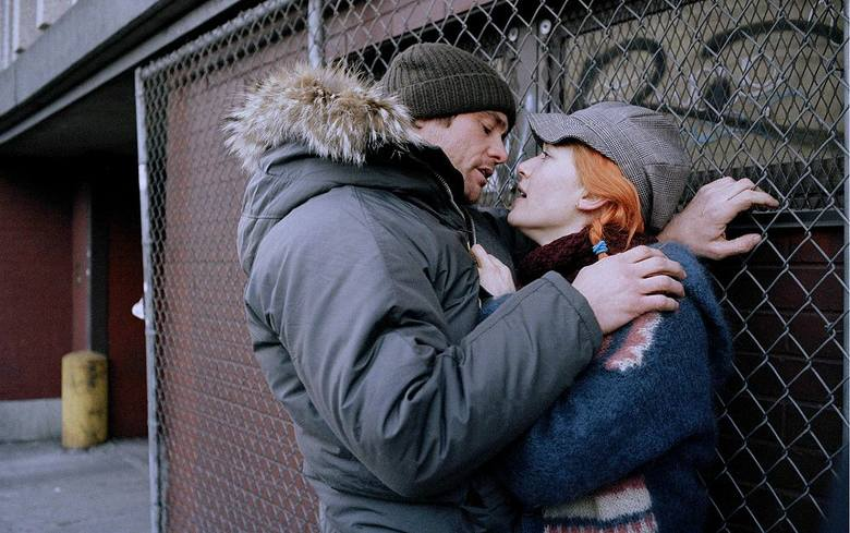 Joel poznaje dziewczynę o imieniu Clementine, która wydaje mu się dziwnie znajoma. Nie potrafi sobie przypomnieć, czy kiedyś już się spotkali, jednak