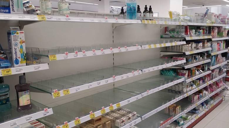 Tak wyglądają sklepy w całej Polsce. Polacy w panice rzucili się do sklepów i wykupują co tylko się da. Z półek znikają środki spożywcze i artykuły higieniczne. Wózki pękają w szwach. Kolejki przed sklepami tworzą się jeszcze przed ich otwarciem. - Wyszłam po godzinie 6 z psem - mówi pani Justyna...
