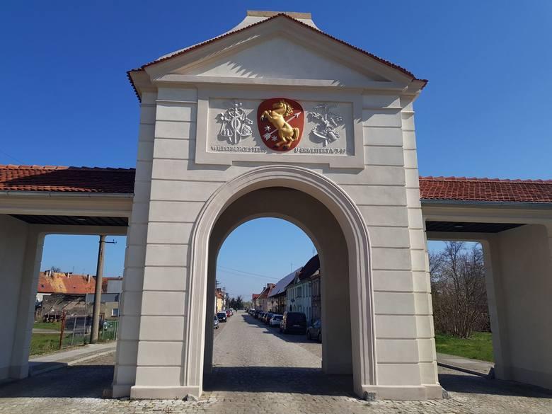 Brama Zasiecka znajduje się na przedłużeniu ul. Wolności w Brodach