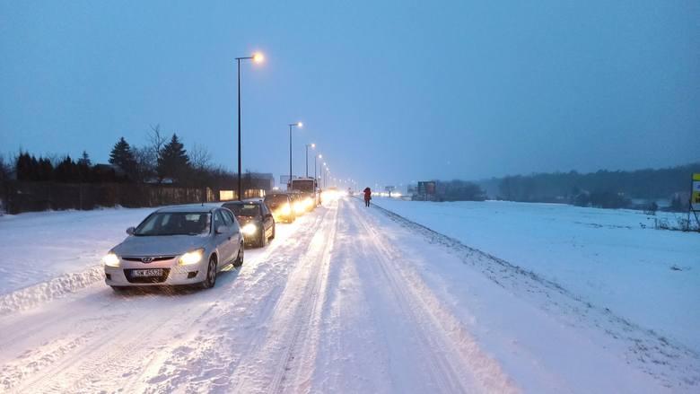Śnieżyce, korki, zasypane drogi. Atak zimy w regionie. Sprawdź raport o stanie dróg