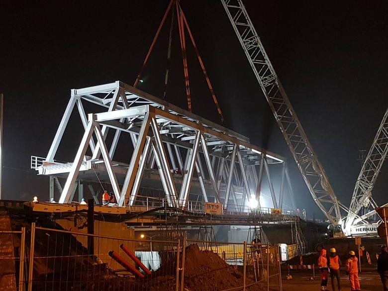 Zamontowano nową, 160 – tonową konstrukcję na kolejnym moście przy Al. Wyzwolenia w Rzeszowie. Prace wymagały użycia specjalistycznego dźwigu. Zaplanowano