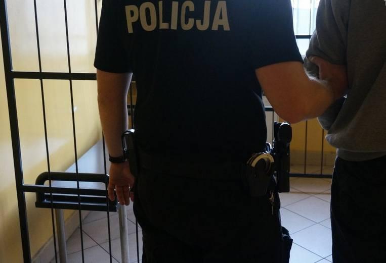 Podejrzany o porwanie, wielokrotne gwałty i ciężkie pobicie mężczyzna został dziś zatrzymany w Chełmży. Trafił do policyjnej izby zatrzymań, a o zarzutach