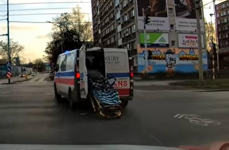 Wrocław: Karetka zgubiła nosze na środku ruchliwego skrzyżowania (NAGRANIE)