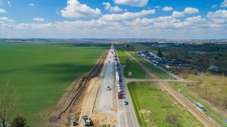 Postępują prace na 7-kilometrowym odcinku drogi krajowej nr 28 od Przemyśla do Medyki. Firma Eurovia prowadzi prace w śladzie istniejącej drogi. Aktualnie