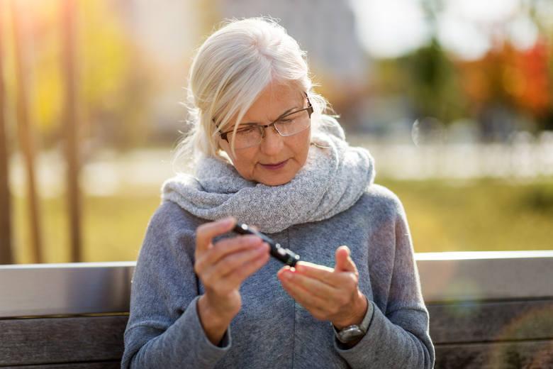 Osoby z podwyższoną glikemią powinny zadbać o lepszą kontrolę poziomu cukru we krwi, gdyż jego nadmierne stężenie sprzyja ciężkiemu przebiegowi i komplikacjom
