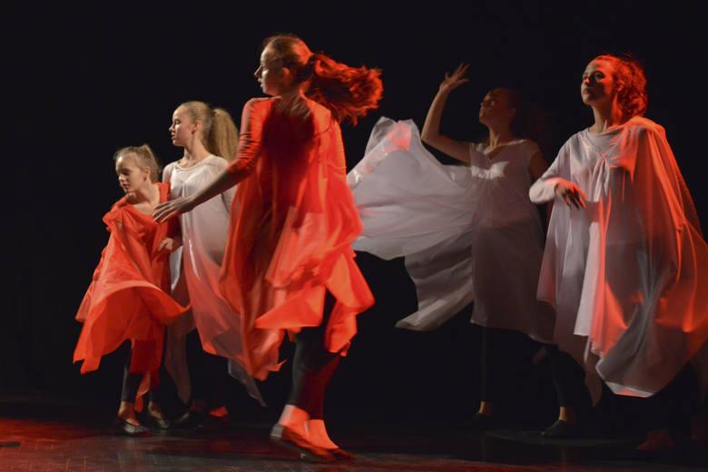 """We wtorek w Teatrze Rondo w Słupsku odbył się koncert """"Niepodległość - ważne słowo"""" z okazji setnej rocznicy odzyskania niepodległości"""