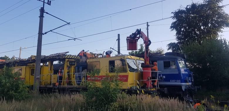 Trwają działania zmierzające do uwolnienia pociągu pospiesznego, który został dosłownie zaplątany w zerwaną sieć trakcyjną. Do zdarzenia doszło około