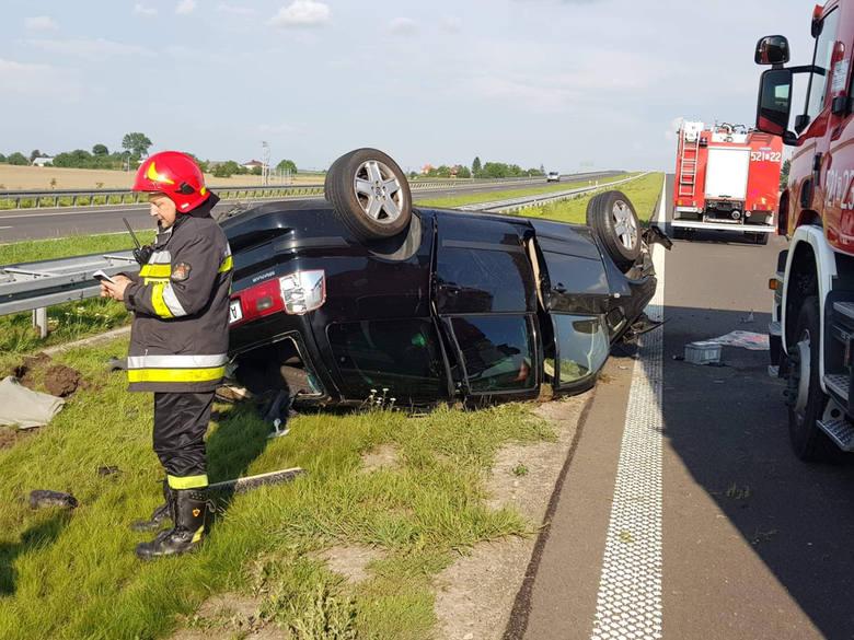 Na autostradzie A4 w pow. przeworskim, w kierunku na Korczową wypadkowi uległ samochód osobowy, w którym podróżowało troje obywateli Rumunii. Z nieustalonych