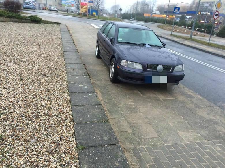 - To auto stoi tam już tak od tygodnia - poinformował nas Czytelnik, autor zdjęć. Samochód zaparkowany (porzucony?) jest na chodniku koło sklepu Aldi