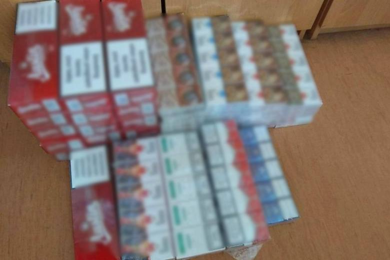 W domu mężczyzny policjanci znaleźli kolejne wyroby tytoniowe. Łącznie zabezpieczyli 470 paczek nielegalnych papierosów
