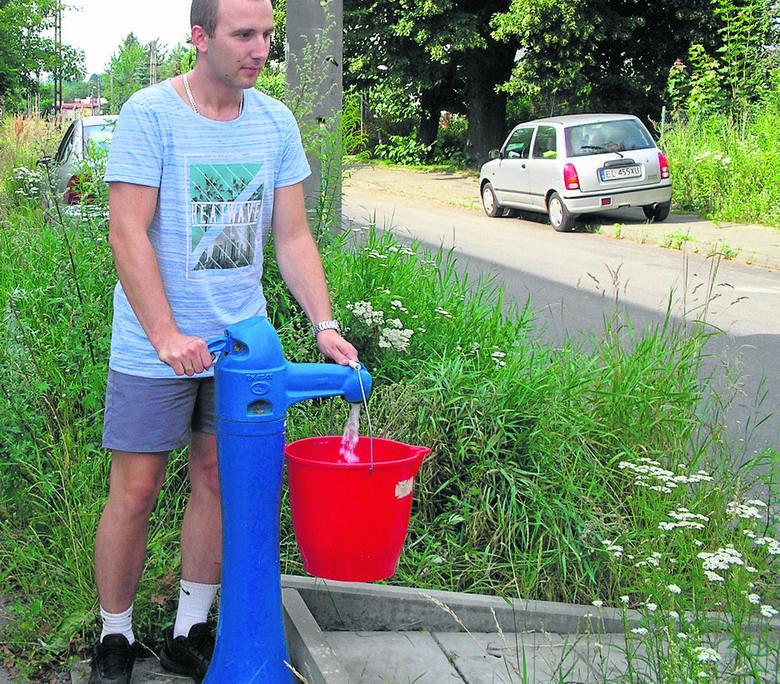 Dawid Nowakowski wodę nosi z hydrantu. Właścicielki żądają 10 proc. karnych odestek za każdy dzień zwłoki w czynszu - opowiada pan Dawid.