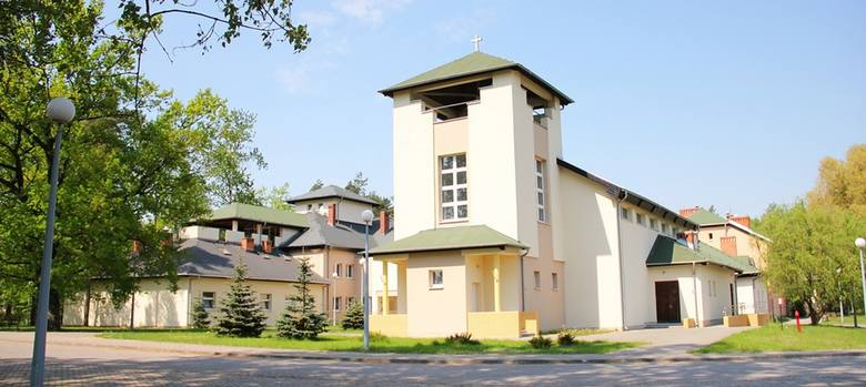 DPS w Lisówkach posiada świetne zaplecze rehabilitacyjne i rekreacyjne. Pensjonariusze mieszkają w jedno- i dwuosobowych pokojach,. Nie ma tu barier