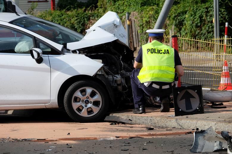 Radiowóz zderzył się z fordem na skrzyżowaniu ulic Wiejskiej z Zachodnią. Policjanci i kierowca ranni