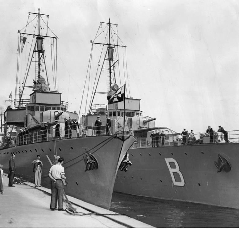 """Niszczyciele ORP """"Burza"""" i ORP """"Wicher"""" zacumowane przy nabrzeżu podczas wizyty w Danii. Rok 1934"""