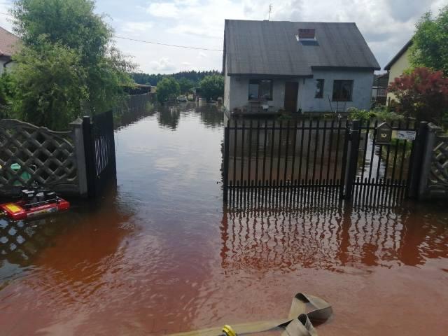 Po gwałtownej ulewie woda zagrażała domom w Suchej w gminie Białobrzegi.