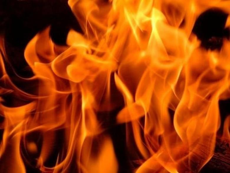 Sobótkowe palenie opon w gminie Promna zakończone interwencją straży pożarnej. Ratownicy gasili duże ogniska