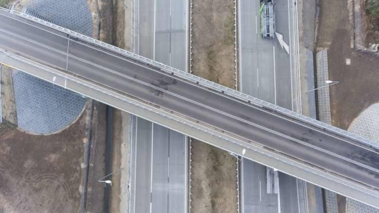 Tymczasowa organizacja ruchu z ograniczeniem prędkości do 100 km/h obowiązuje jeszcze na właśnie wybudowanych mazowieckich odcinkach S8 (w sumie 29 km),