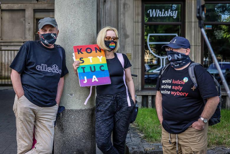 """Manifestacja """"Świat jest tęczowy"""" przed biurem PiS w Gdańsku."""
