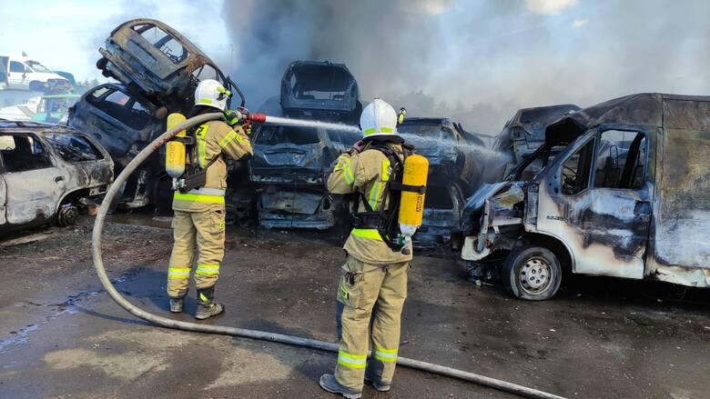 Pożar na stacji demontażu pojazdów w Stobnie